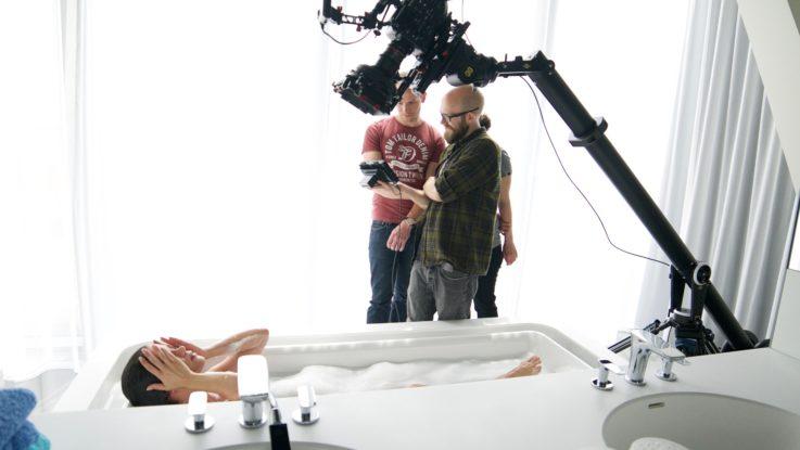 Imagefilm-Produktion in Wien. Eine Frau liegt in der Badewanne.