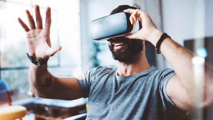 Mann mit einer virtual-Reality Videobrille